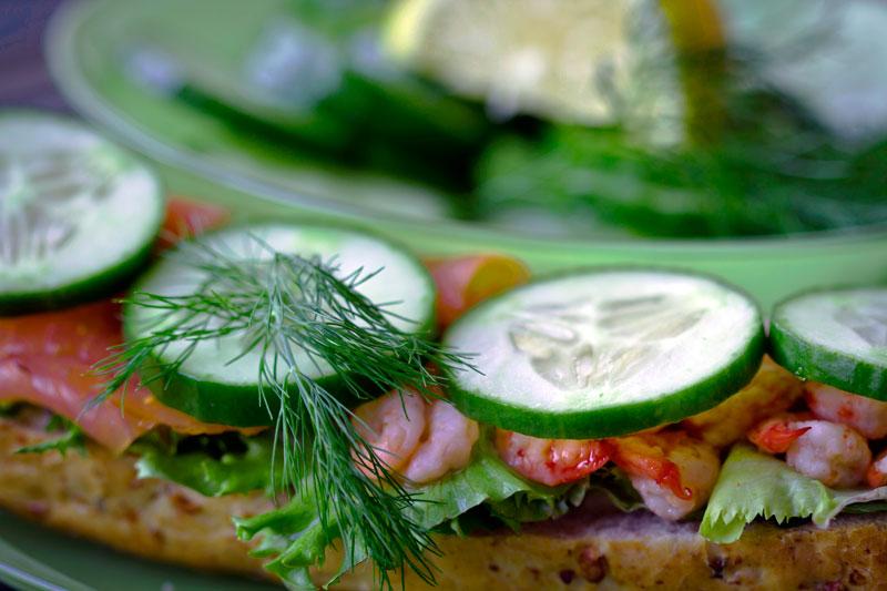 Kanapka z łososiem i krewetkami