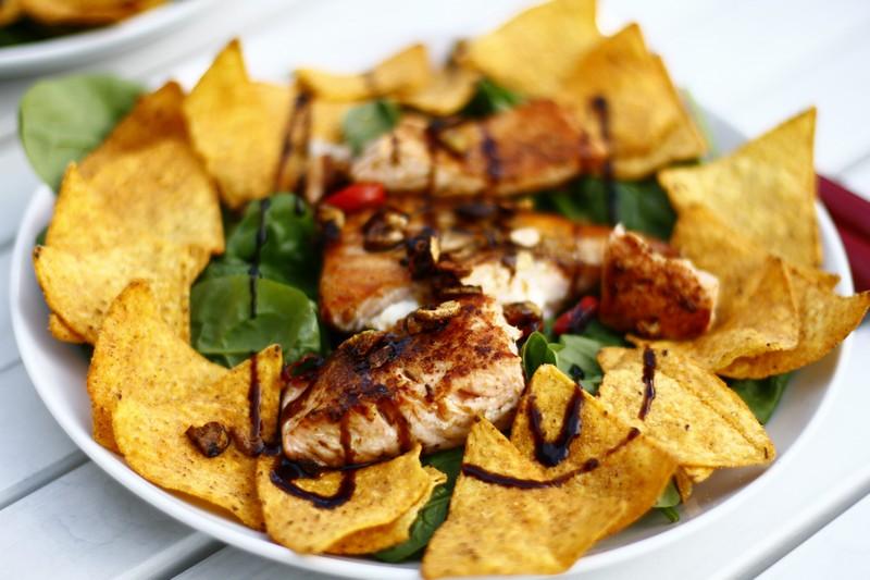 Łosoś ze szpinakiem i nachos