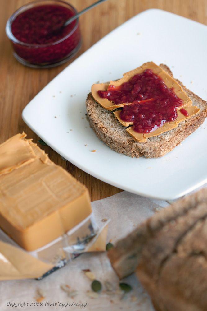 Kanapka z serem brunost i dżemem