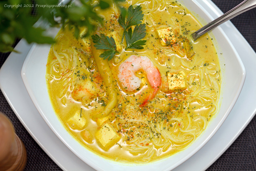 Azjatycka zupa curry laksa z krewetkami