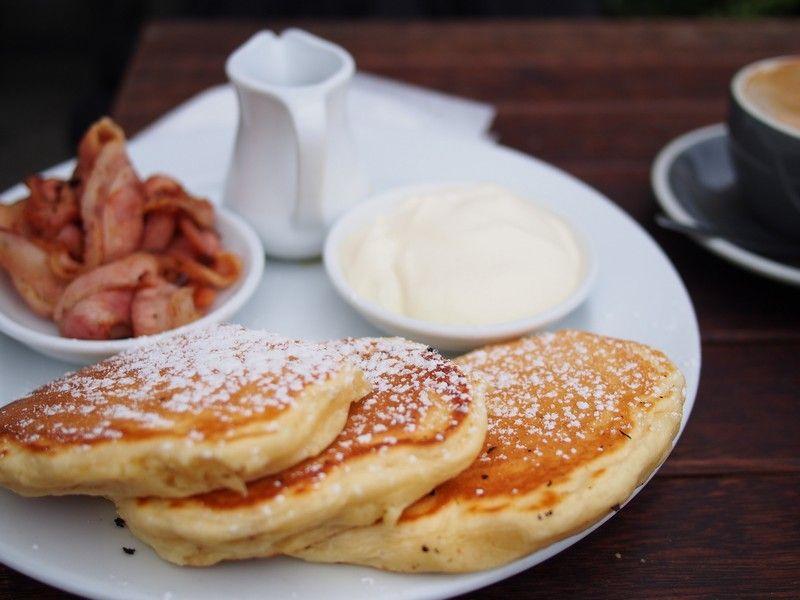 Nowozelandzkie śniadanie z Christchurch.  Pancakes z bekonem, syropem klonowym i śmietaną