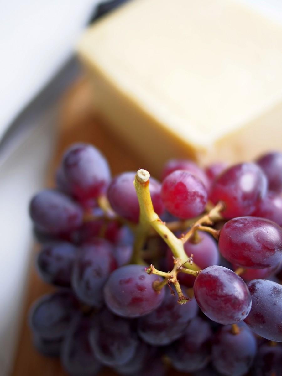 Ser, winogrona, orzechy