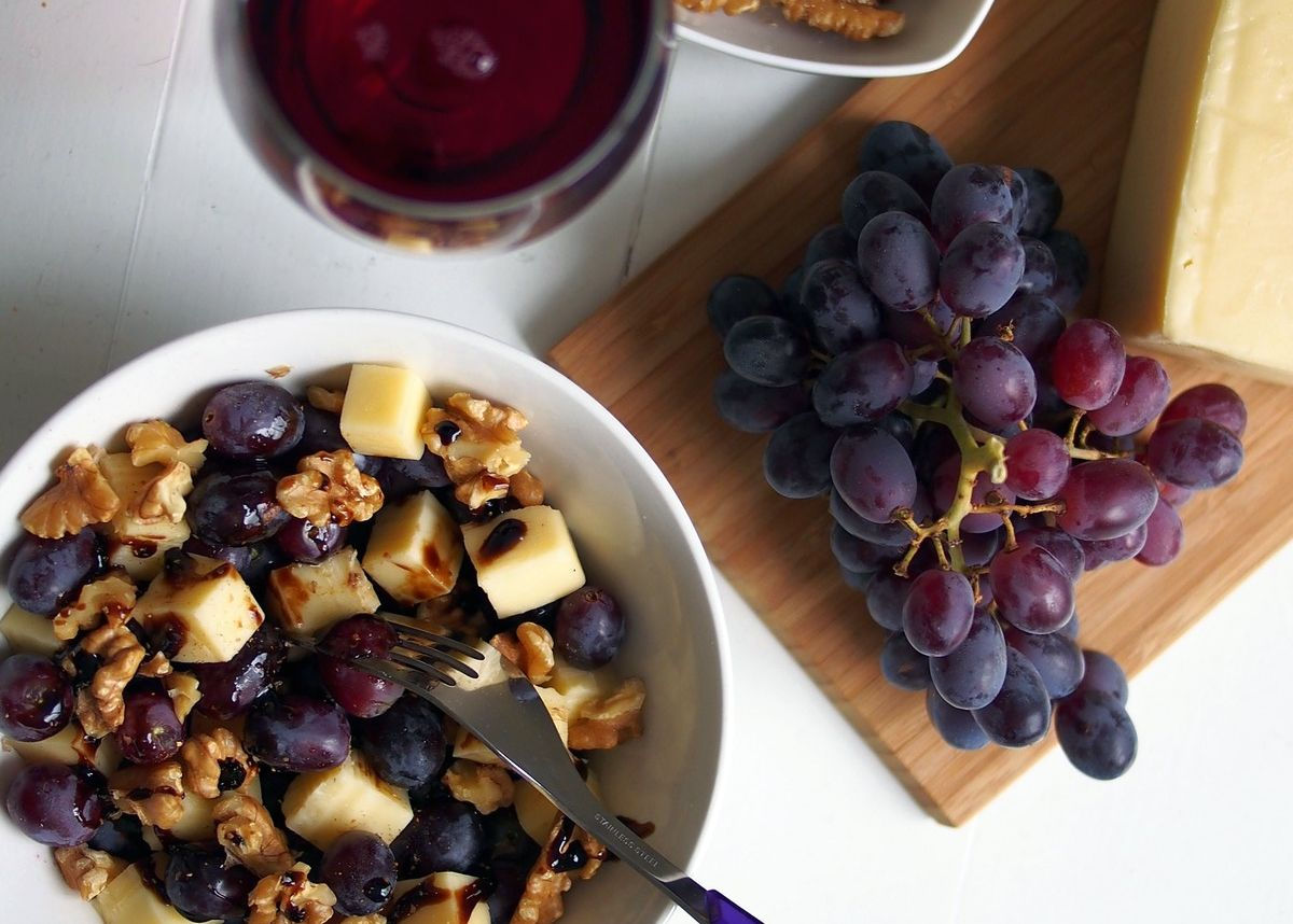Ser, winogrona, orzechy i… czerwone wino